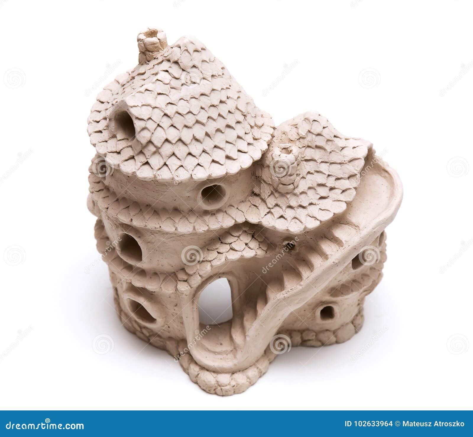 Ceramisch die poppenhuis van klei wordt gemaakt