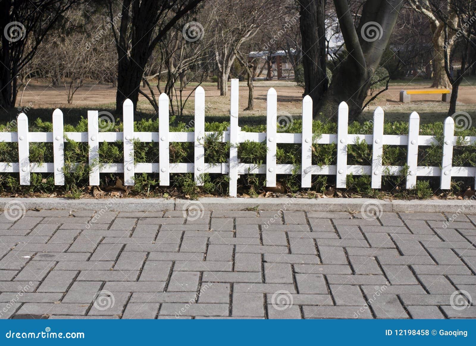 cerca para jardim branca : cerca para jardim branca:Cerca Branca Do Jardim No Outono Atrasado Fotos de Stock Royalty Free