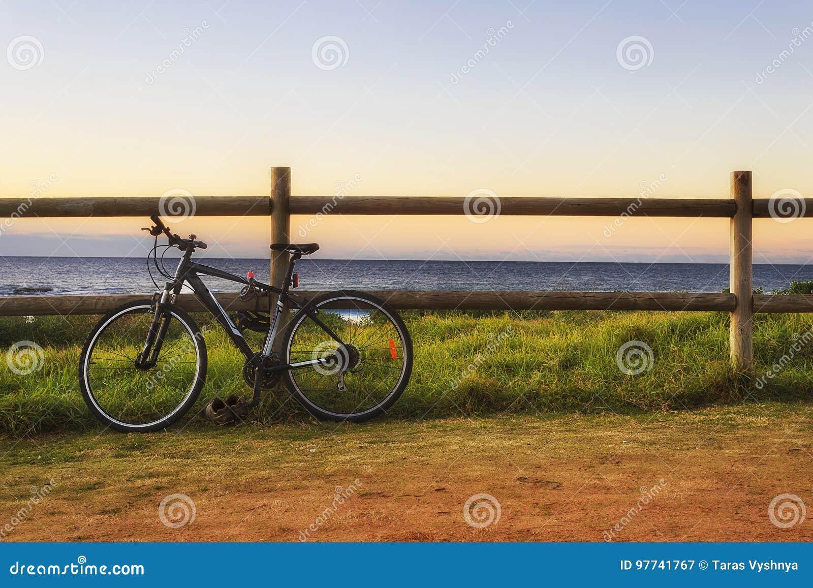 Cerca da bicicleta do mar
