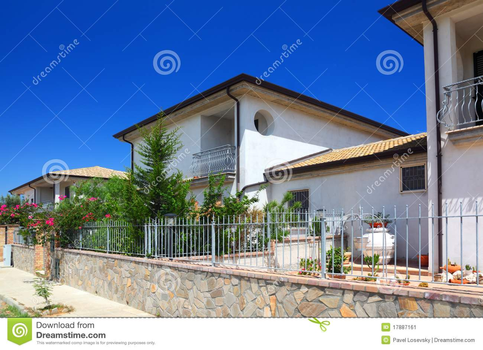 cerca para jardim branca : cerca para jardim branca:Cerca Das Casas De Campo De Dois Andares Brancas Com Jardim Imagem de