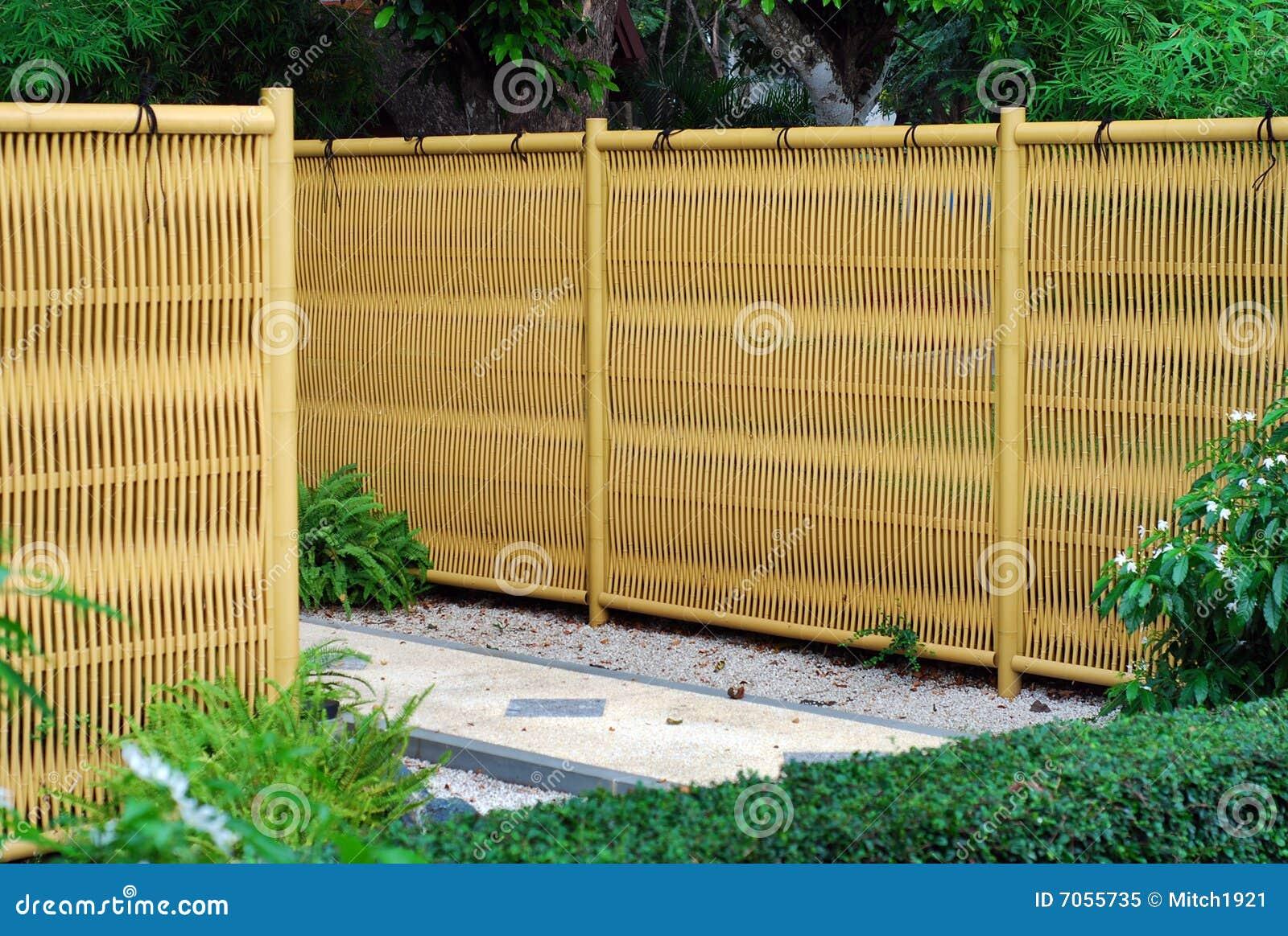 Cerca de bambu plástica do estilo japonês no jardim japonês