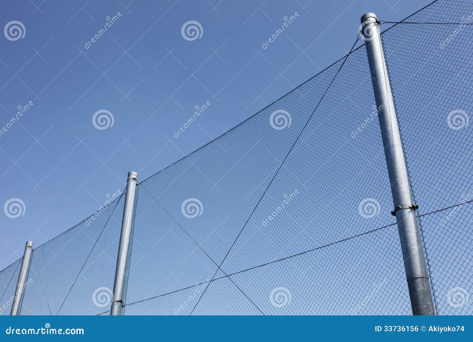 Cerca de fio do metal com céu azul