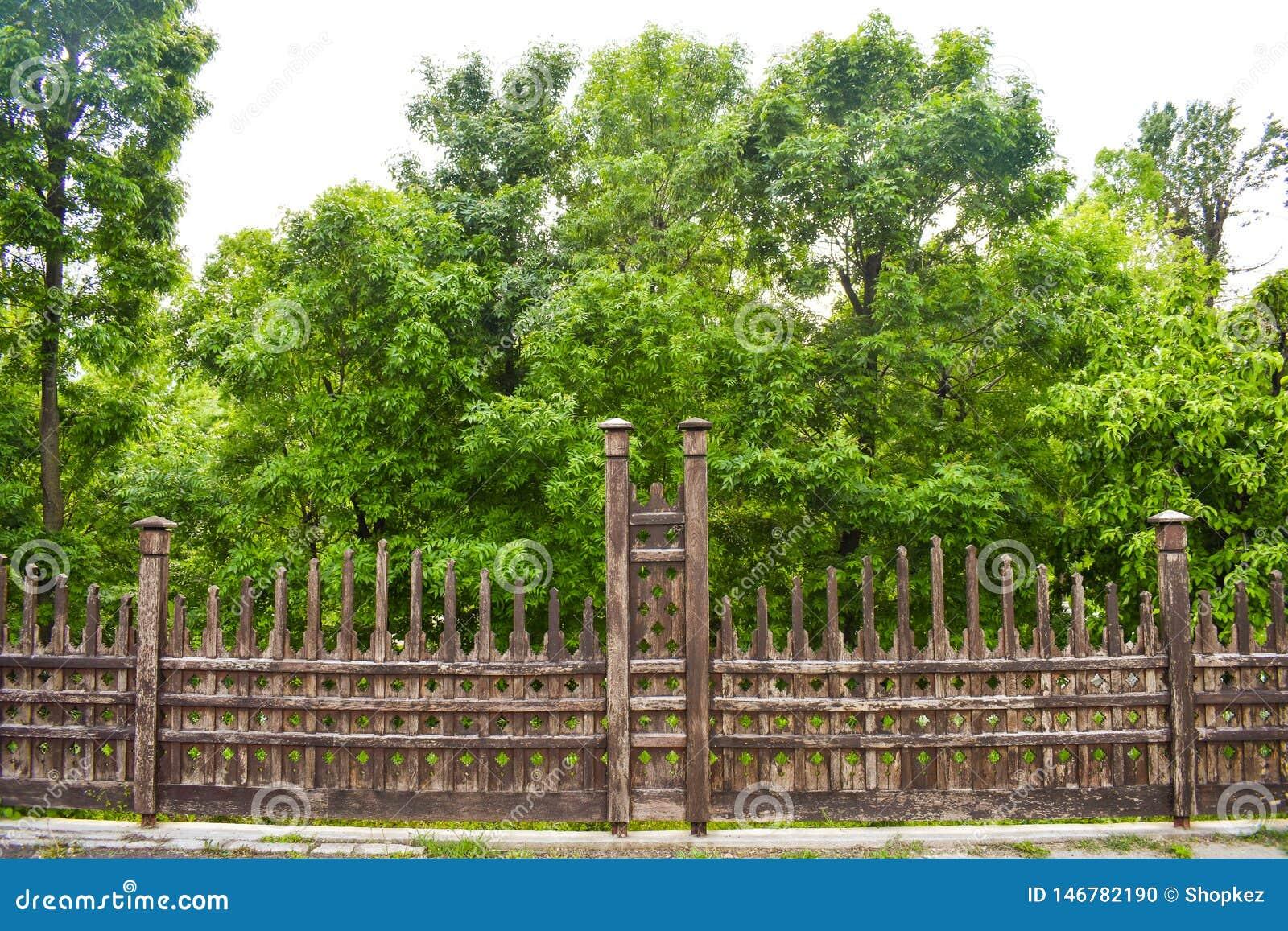 Cerca de madeira bonita no jardim da cidade