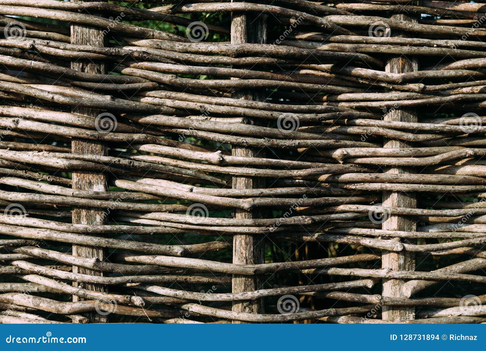 Cerca de madeira, montada dos ramos marrons flexíveis