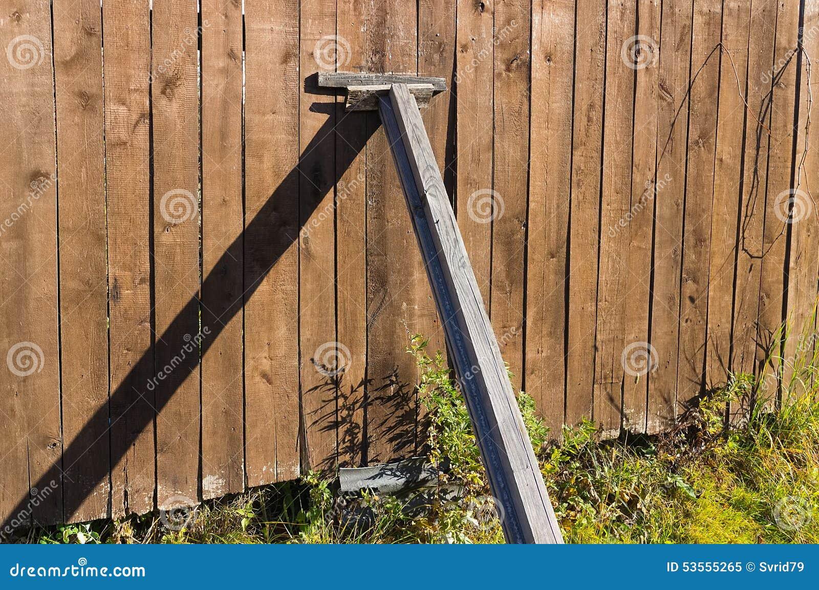 cerca para jardim em madeira de uma cerca velha em um jardim
