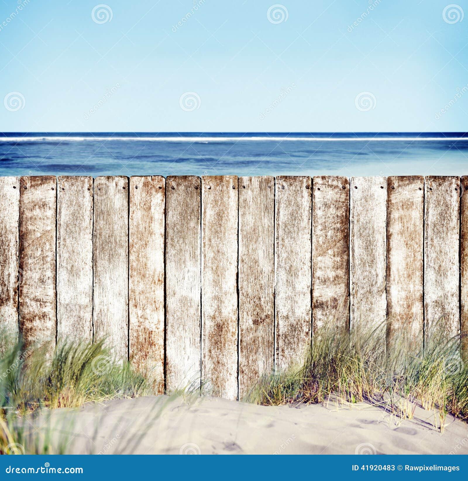 Cerca de madera con vista al mar