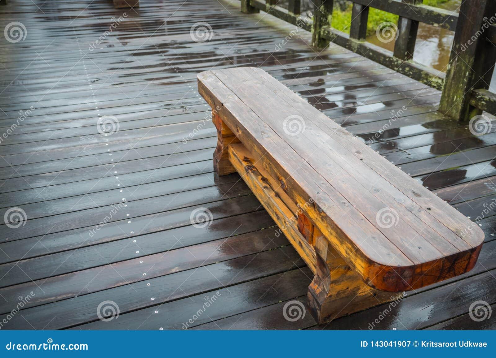 Cerca de madera en el puente de madera después de llover