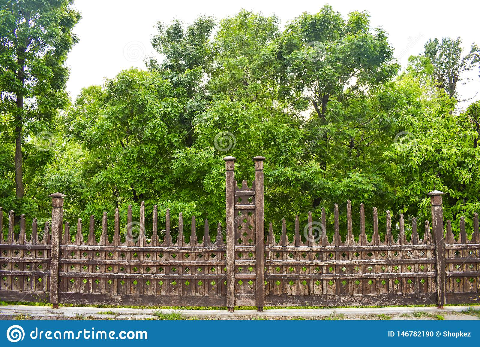 Cerca de madera hermosa en el jardín de la ciudad