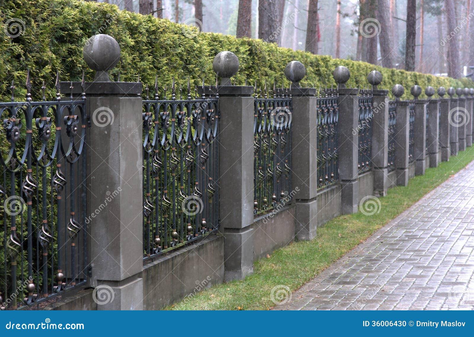 Cerca del hierro con los pilares de piedra foto de archivo imagen de outdoors configuraci n - Pilares de hierro ...