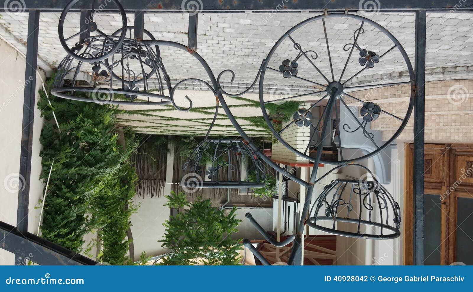 cerca de jardim ferro:cerca do jardim com 3 rodas bicycle o modelo Imagem tomada com