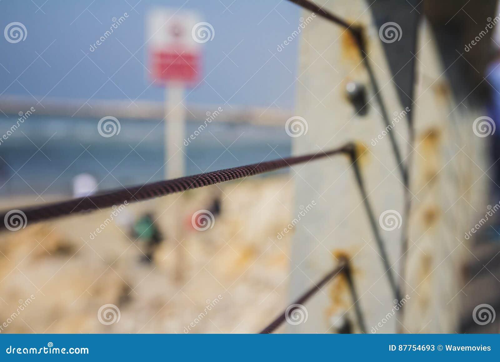 Cerca do metal do fio que obstrui a praia