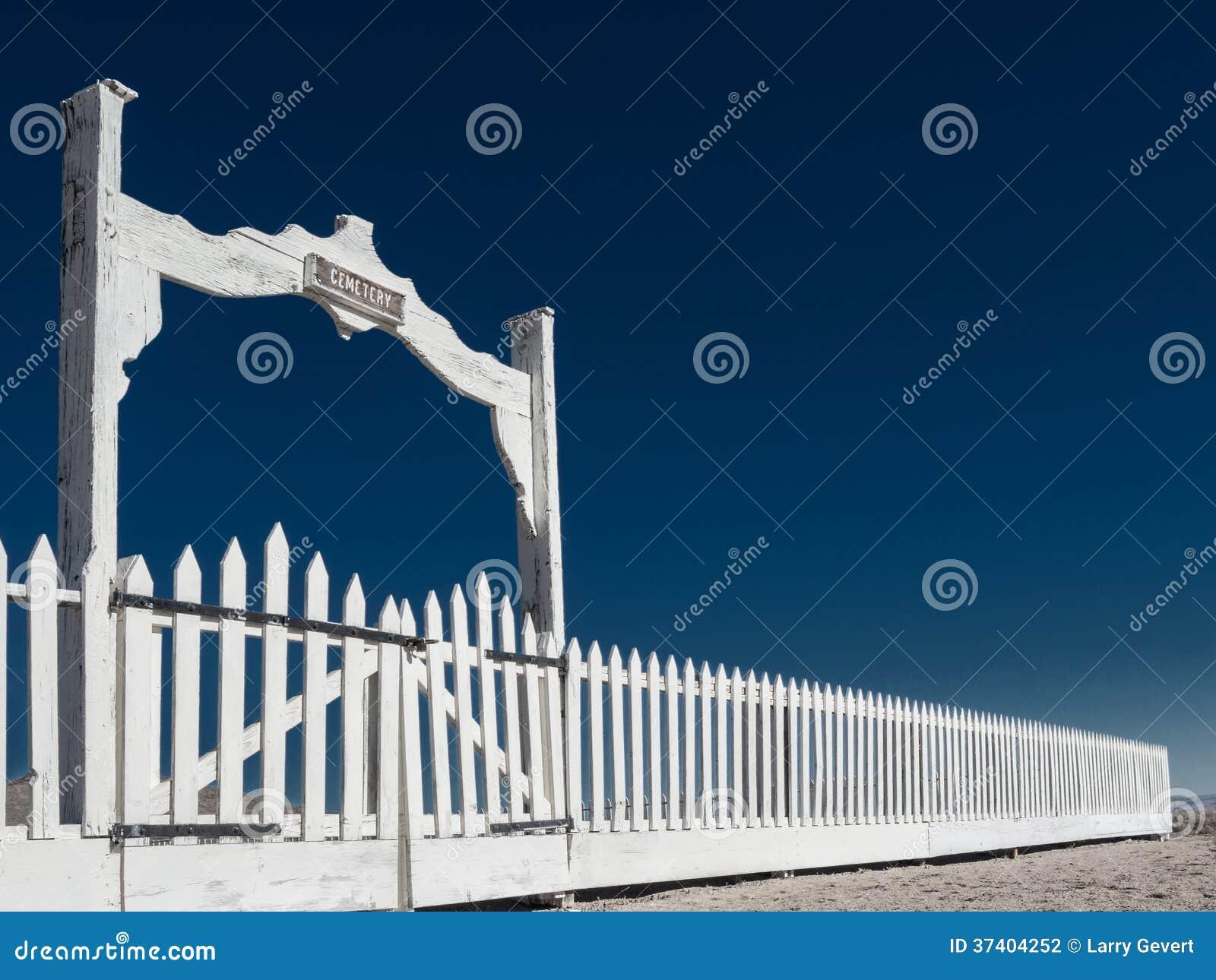 Cerca e portas do cemitério