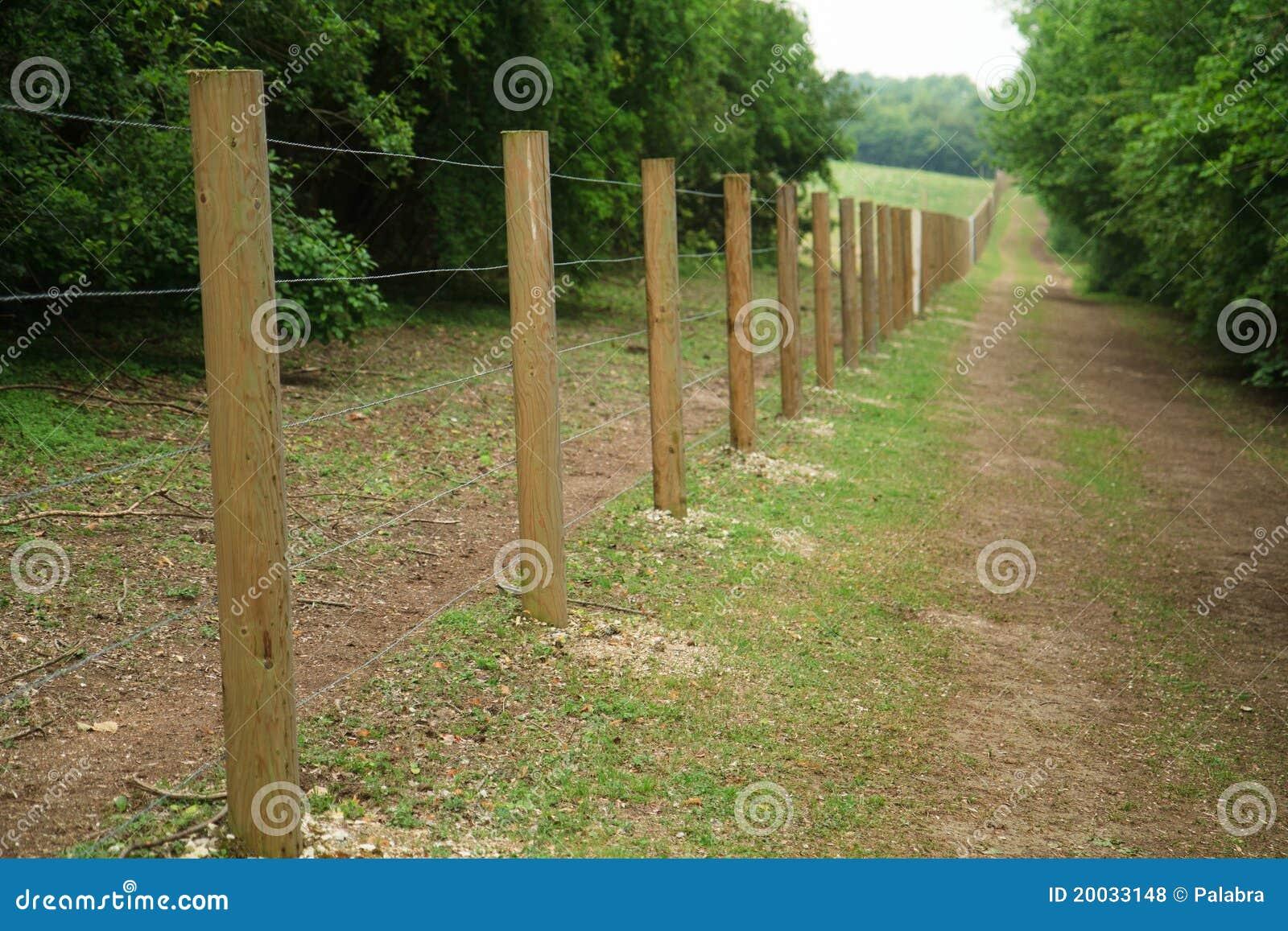 Cerca larga de postes de madera foto de archivo imagen - Postes de madera ...
