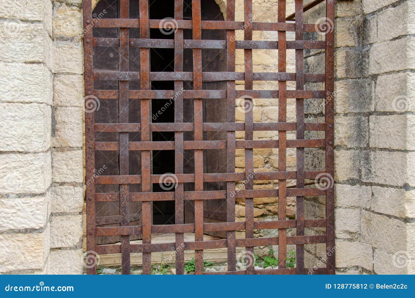 Cerca oxidada na janela da casa medieval