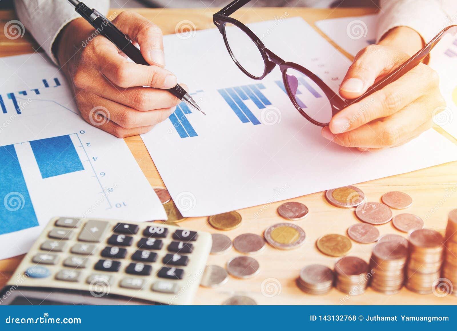 Cerca para arriba, informe de la escritura de la mano y finanzas del cálculo y calcular en oficina de la tabla en casa