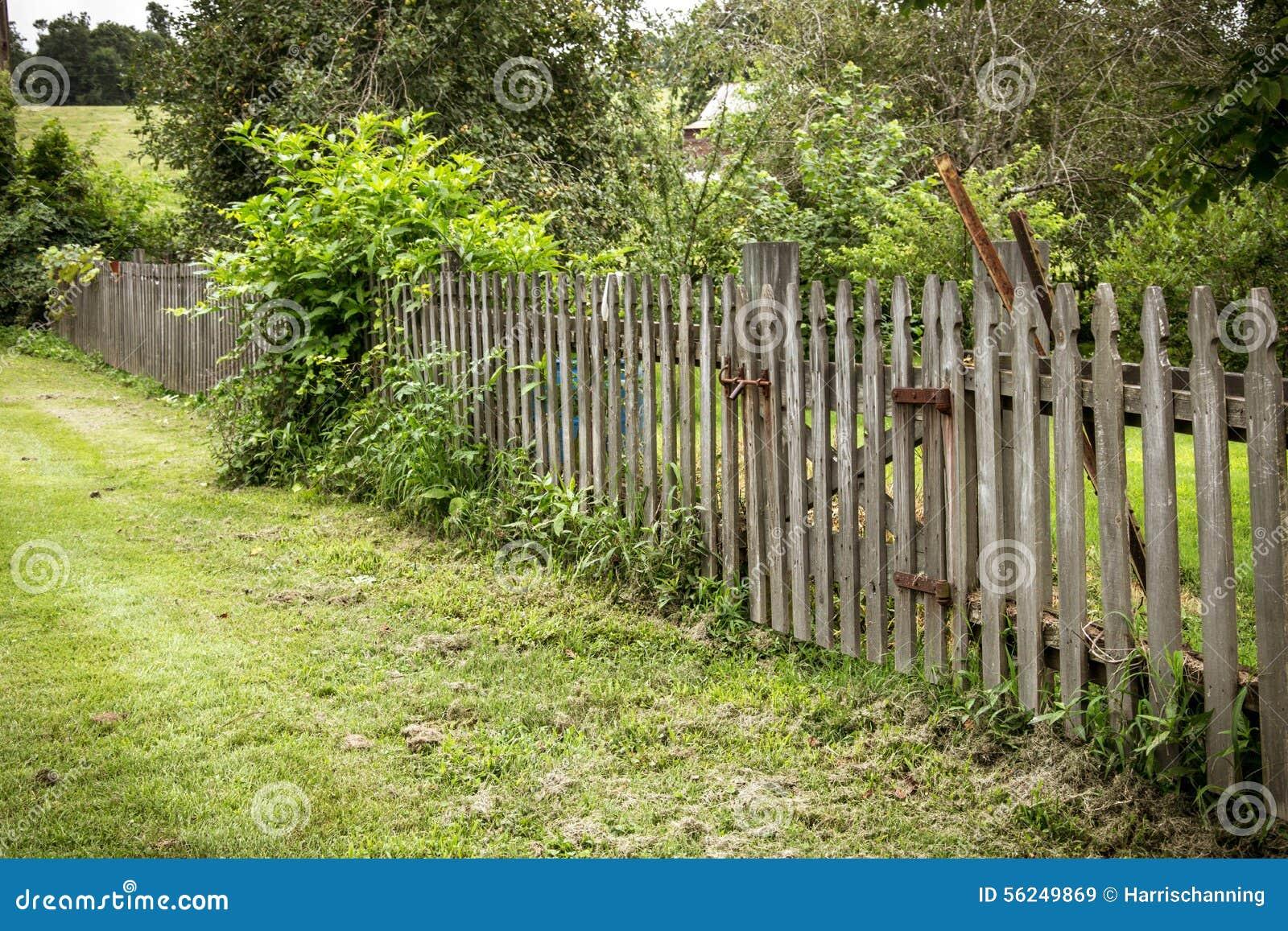 cerca de madeira rustica para jardimCerca Rústica Do Jardim Foto de