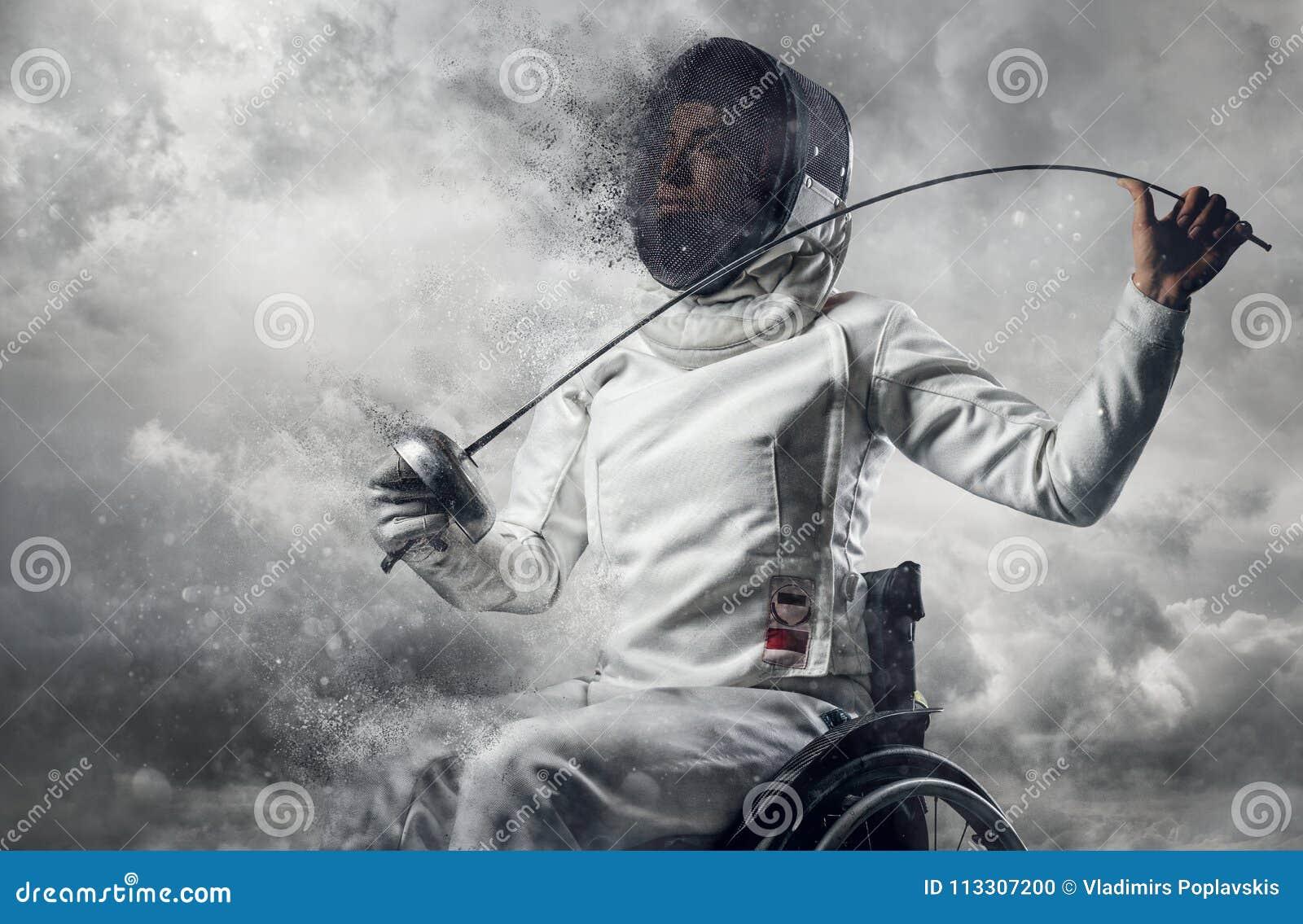 Cercador de sexo femenino en silla de ruedas con la máscara de la seguridad de una cara que sostiene el estoque