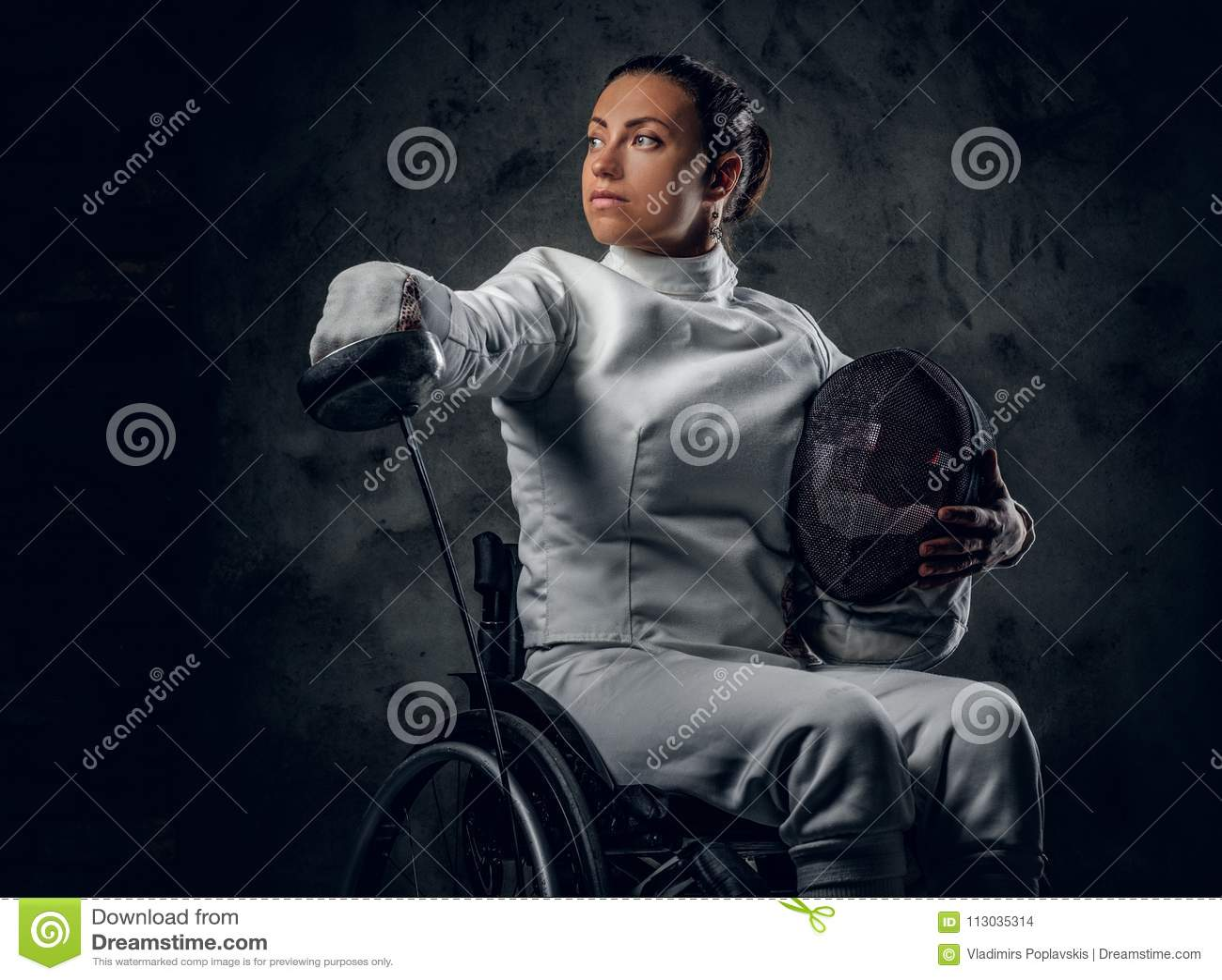 Cercador paralympic de sexo femenino de la silla de ruedas
