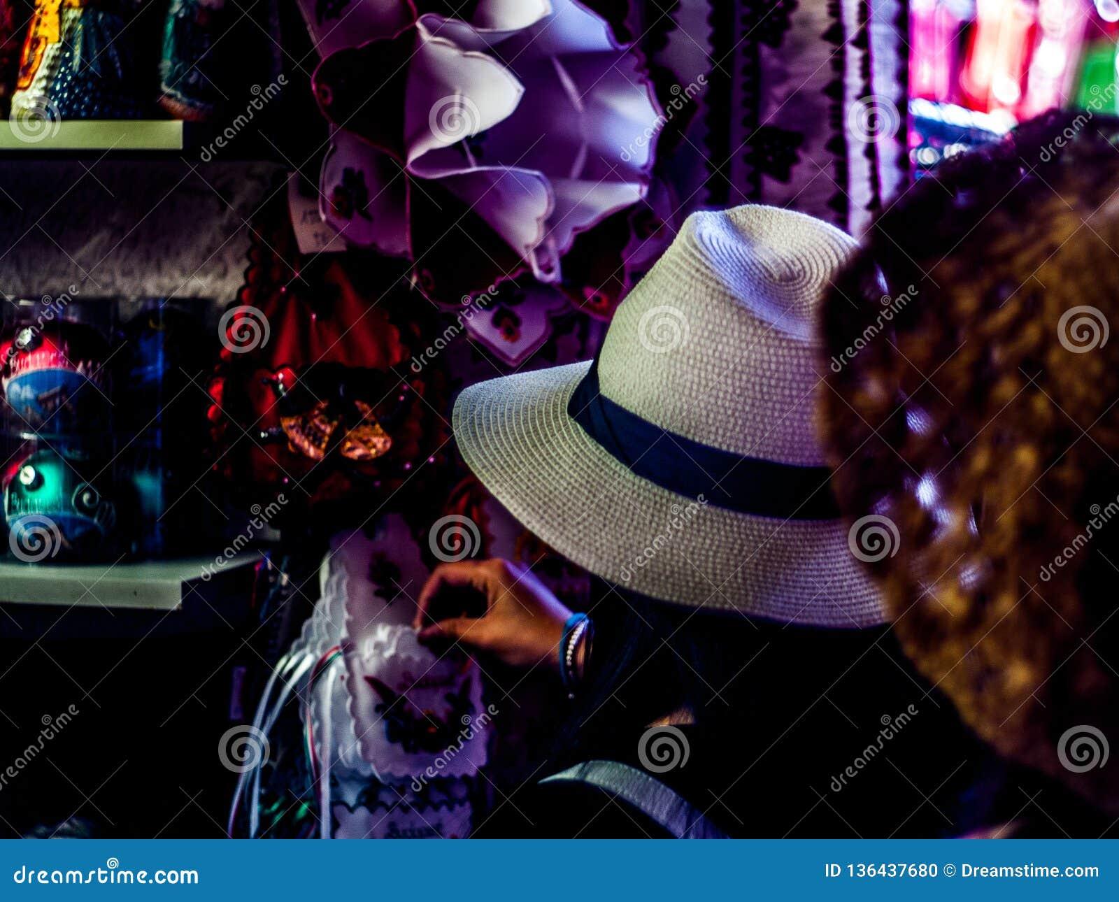 Cercando i vestiti nel mercato centrale Corridoio della crusca vi di Budapest, ¡ ROS dell Ungheria FerencvÃ
