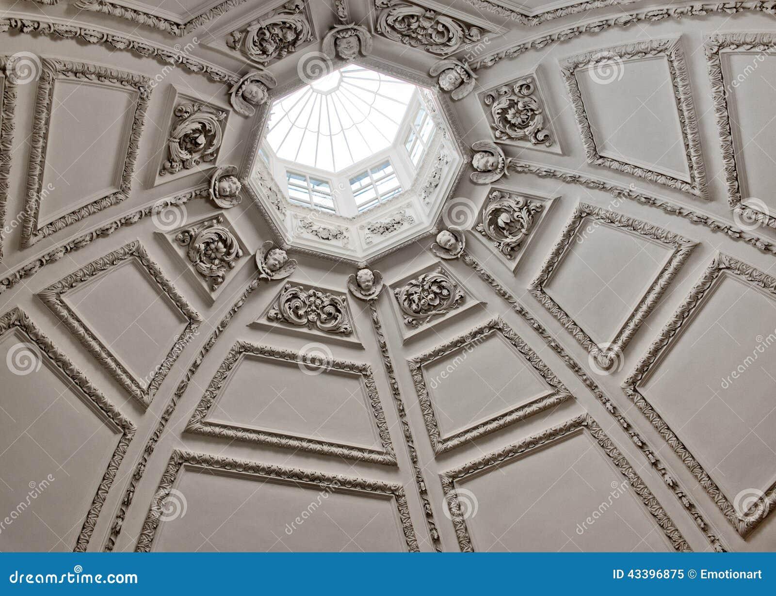 Cercando in un tetto a cupola con un lucernario fotografia for Lucernario tetto elettrico