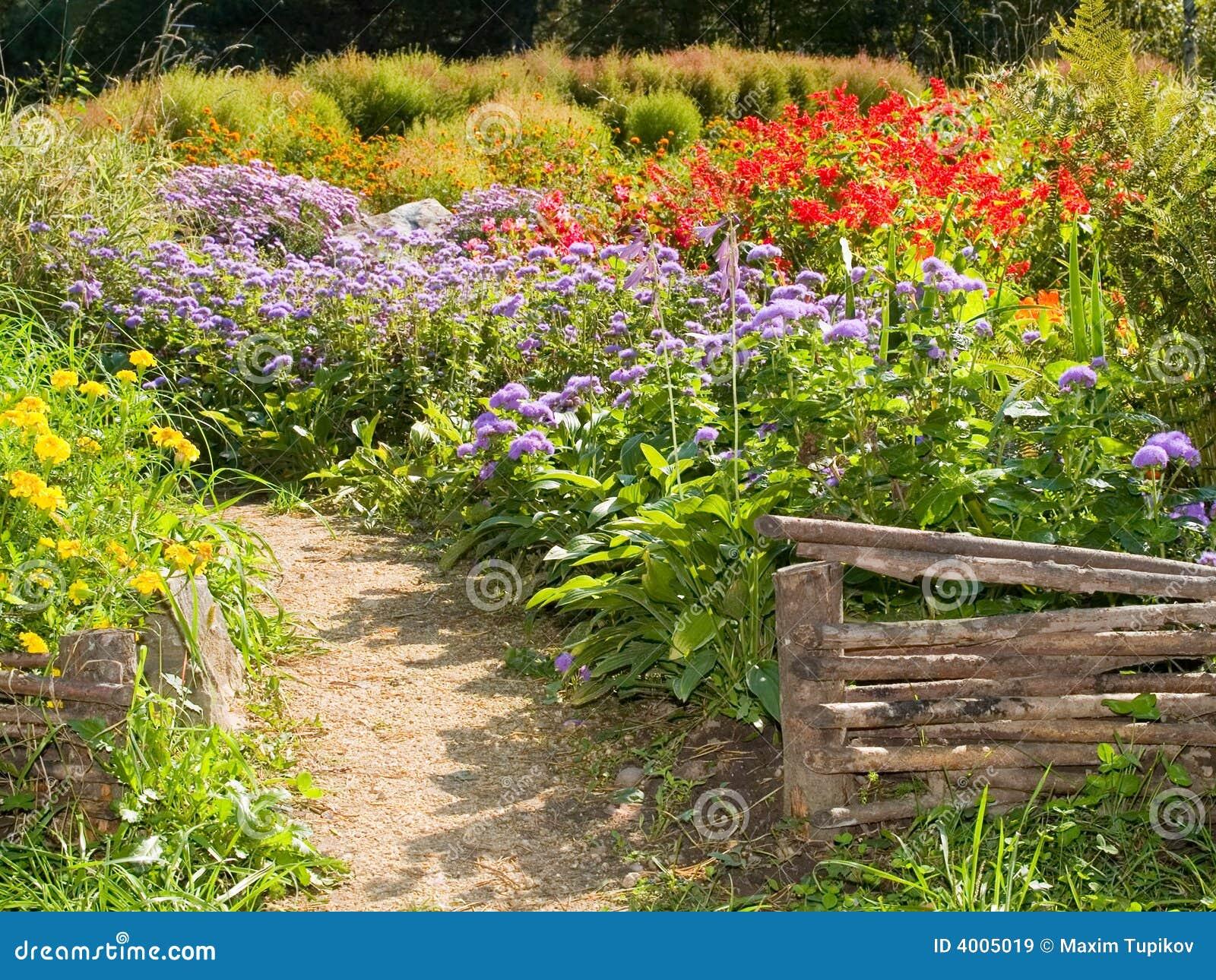 Cercas retras rurales en el jard n del pa s im genes de - Cercas de jardin ...