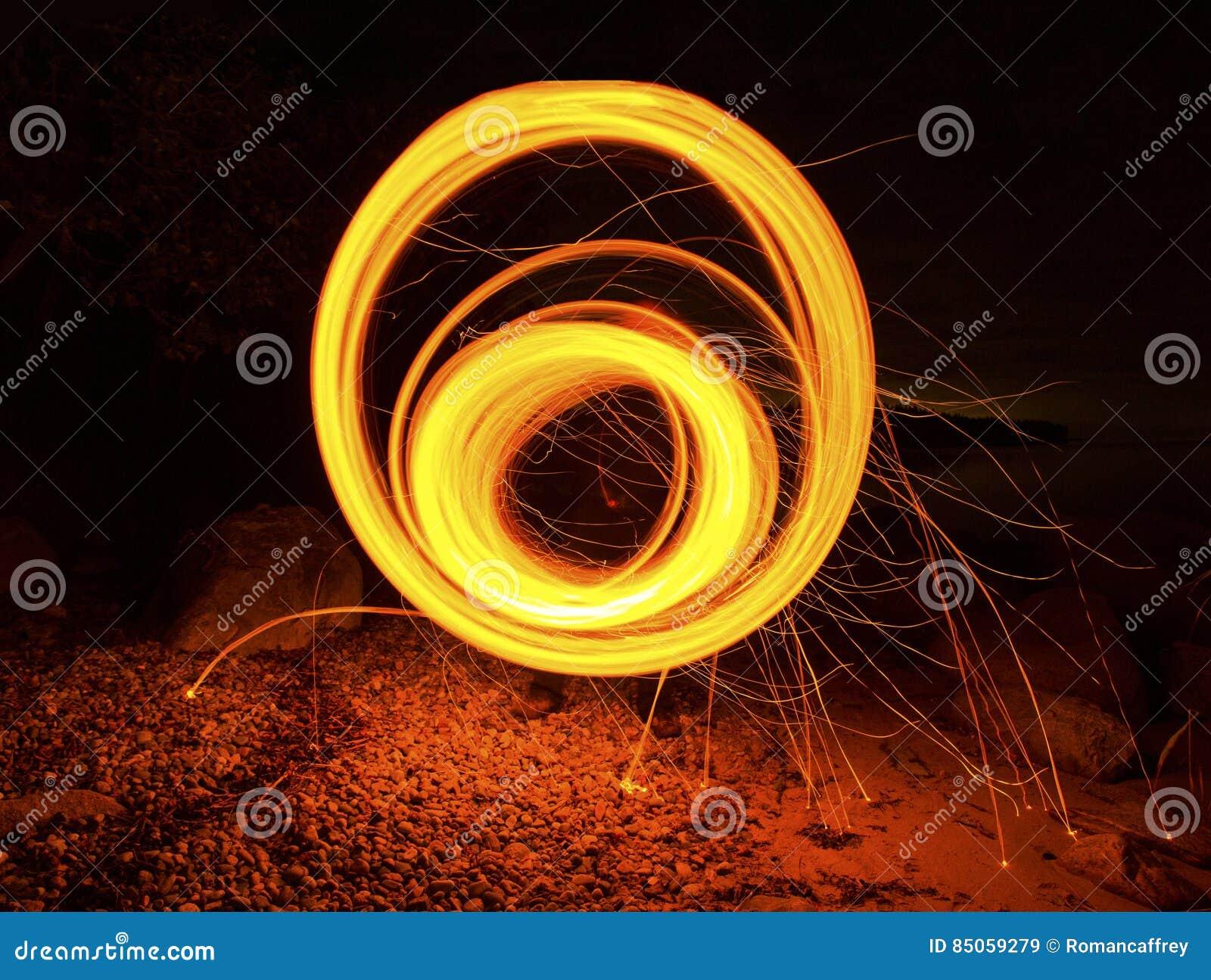 Cerchio rotondo del fuoco lungo di esposizione che ipnotizza filatura