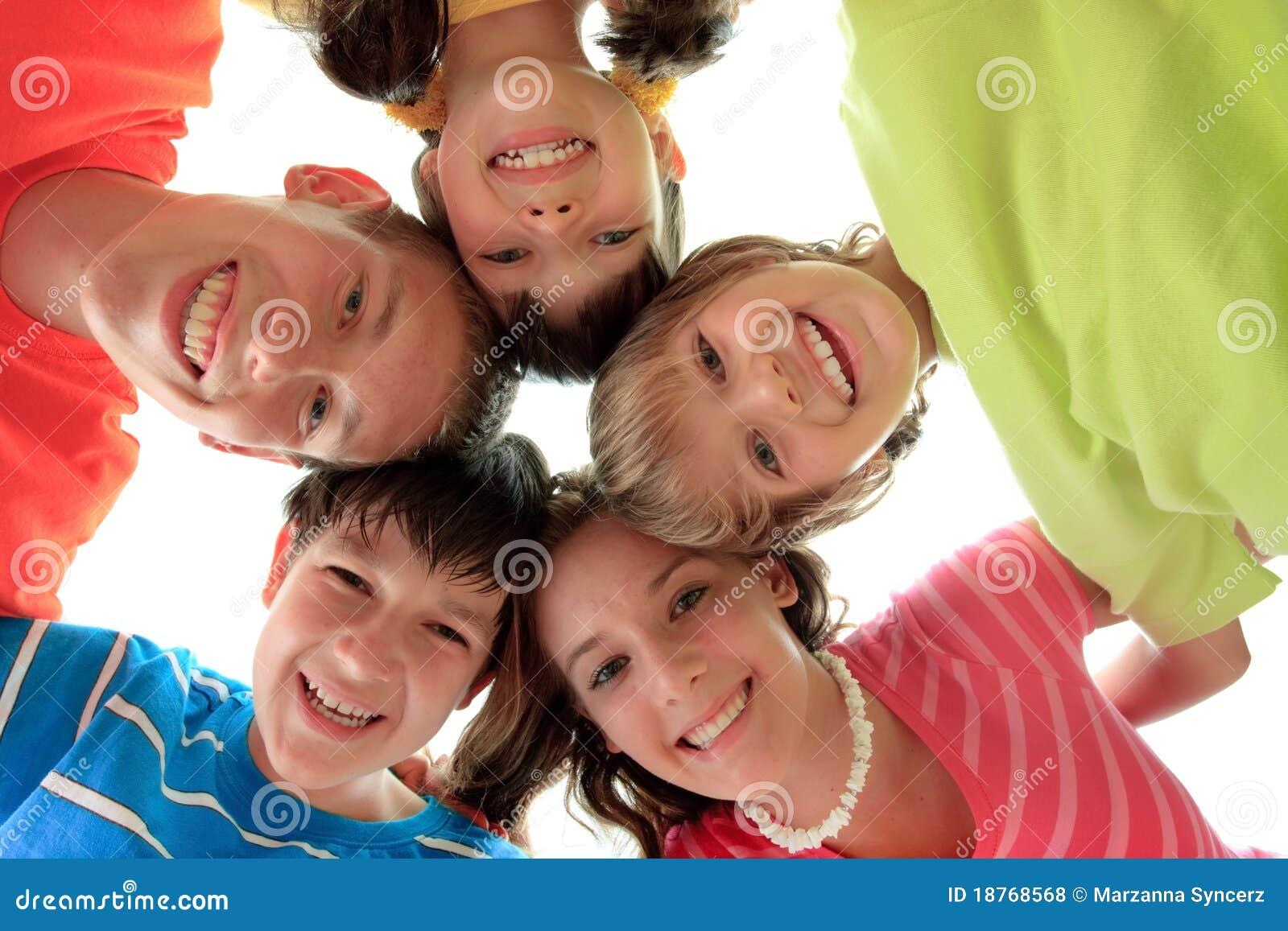 Cercle de famille heureux d enfants