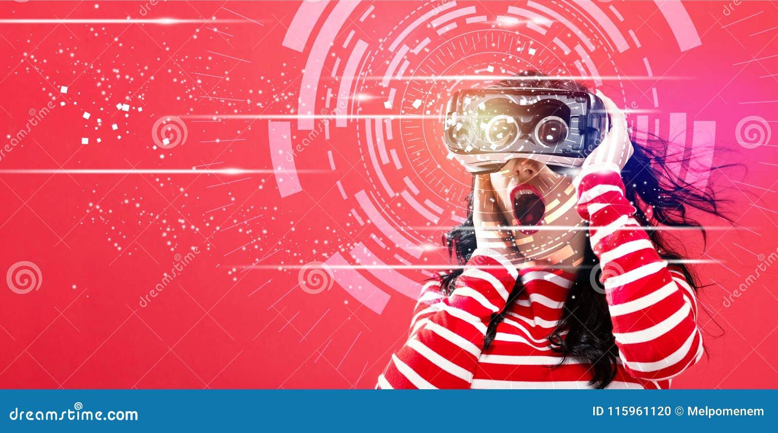 Cercle de technologie de Digital avec la femme à l aide d un casque de réalité virtuelle