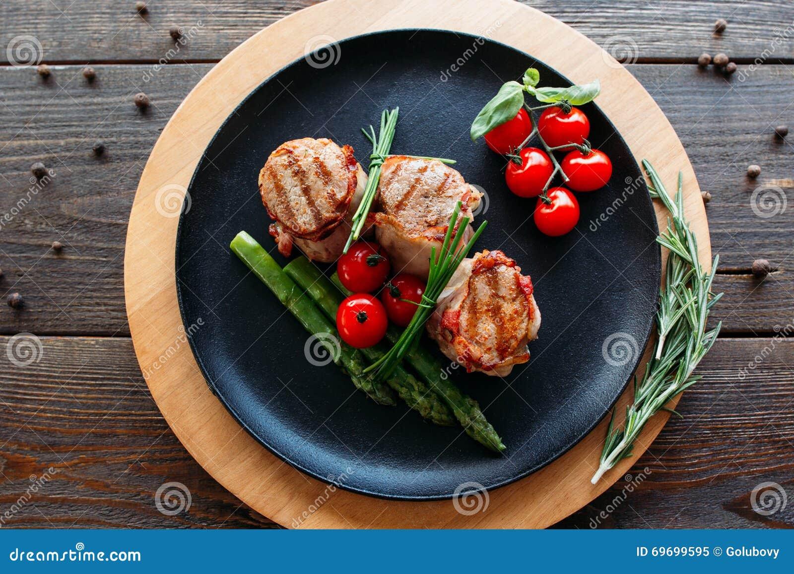 Cerdo asado a la parrilla con las verduras orgánicas
