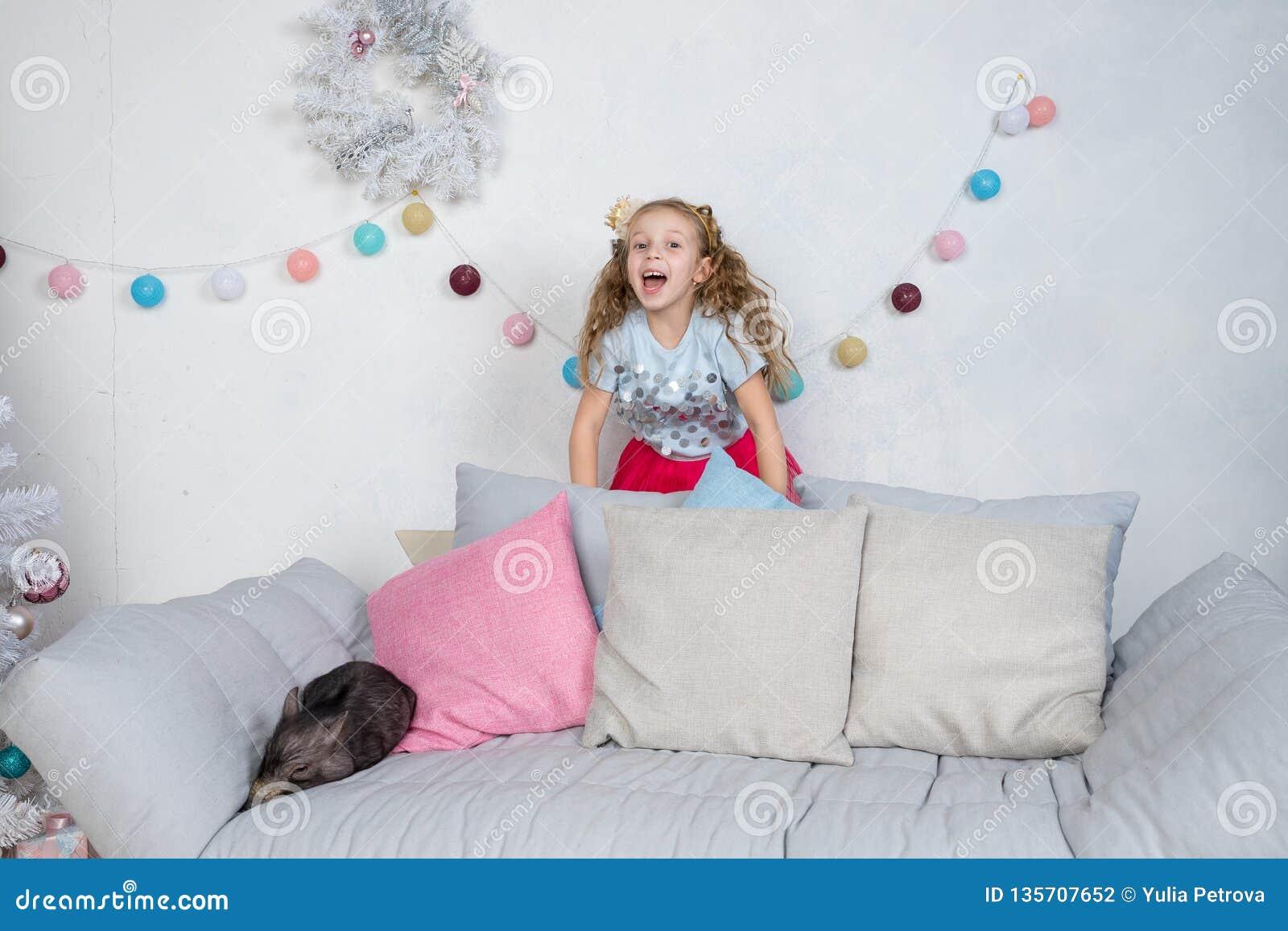Cerdo como símbolo del calendario de la suerte y del Año Nuevo del chino 2019 Sorprenden a la muchacha divertida linda sobre un m
