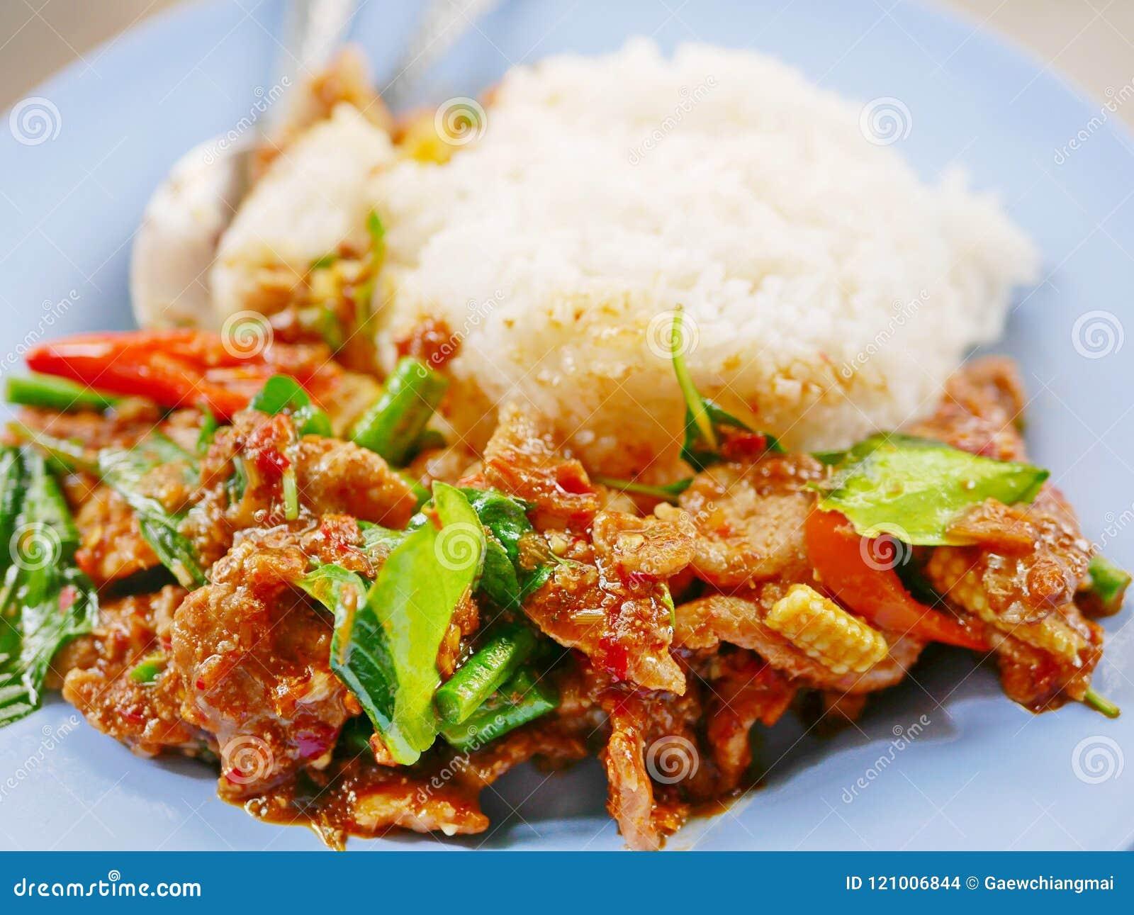 Cerdo sofrito con la goma roja Moo Pad Prik Gaeng del curry con el arroz blanco