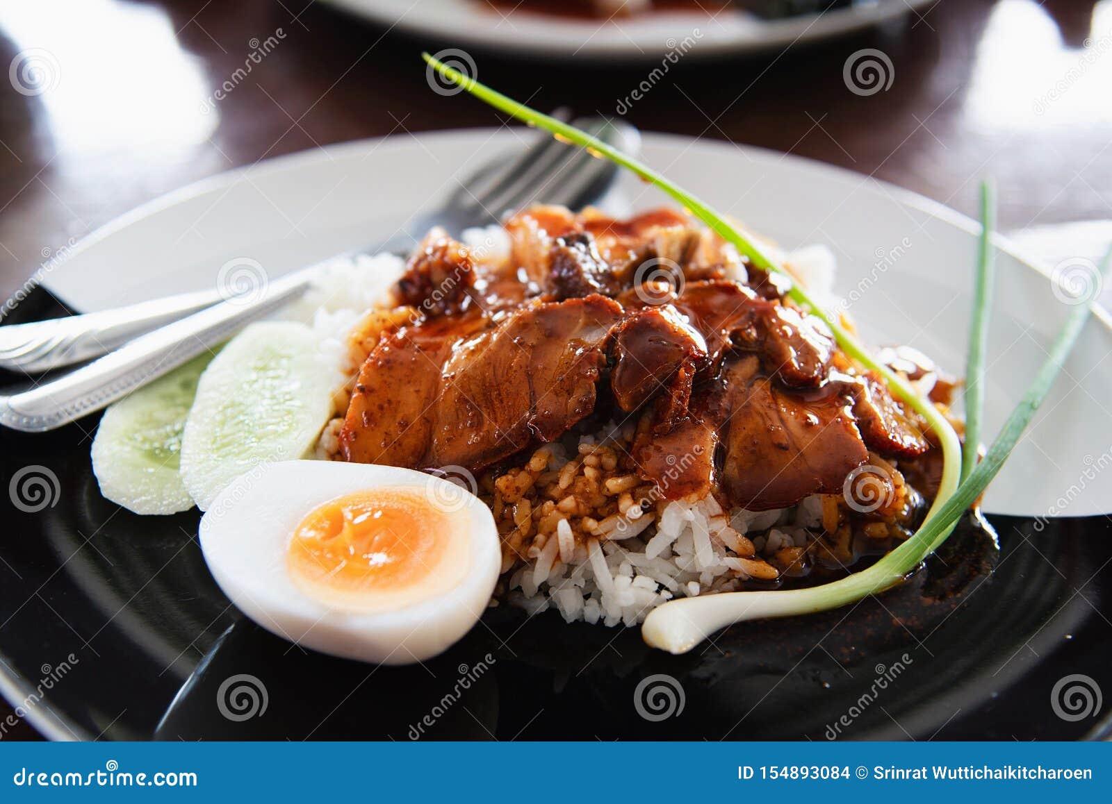 Cerdo y arroz rojos