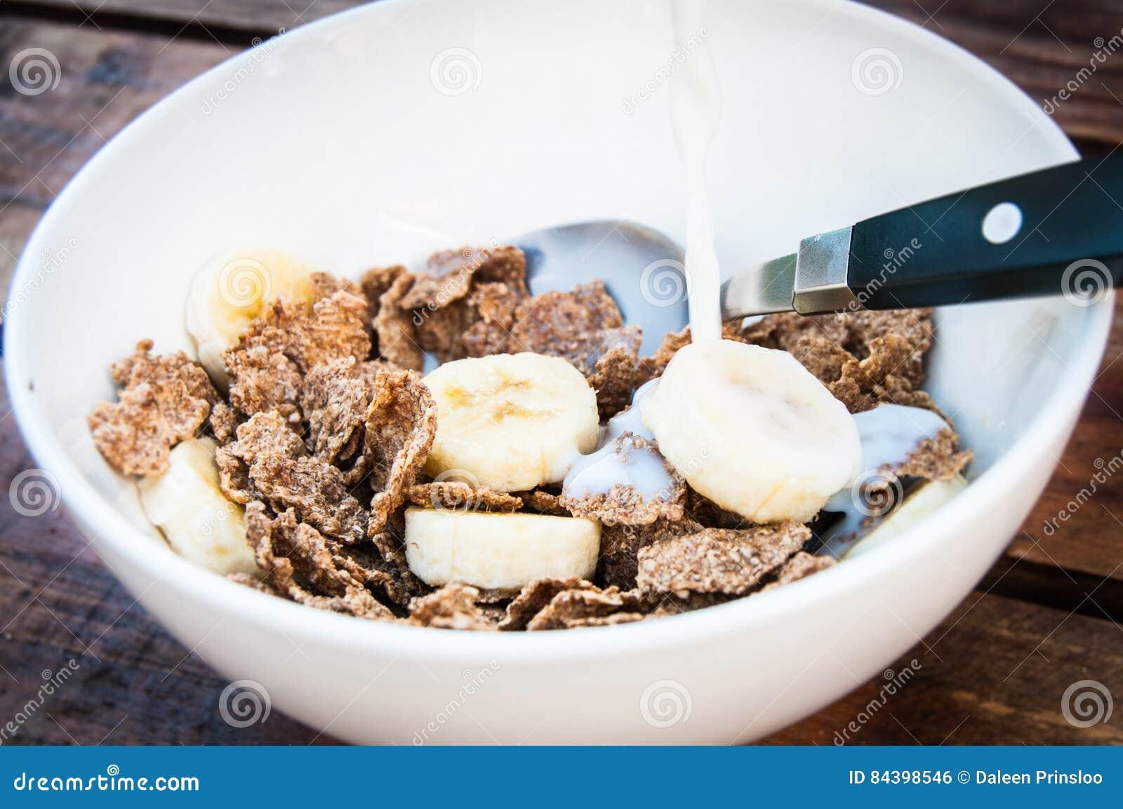 Cereal com banana e leite