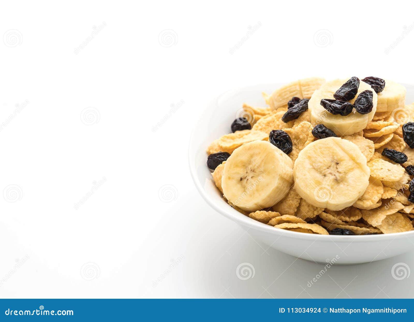 Cereal con el plátano, la pasa y la leche para el desayuno