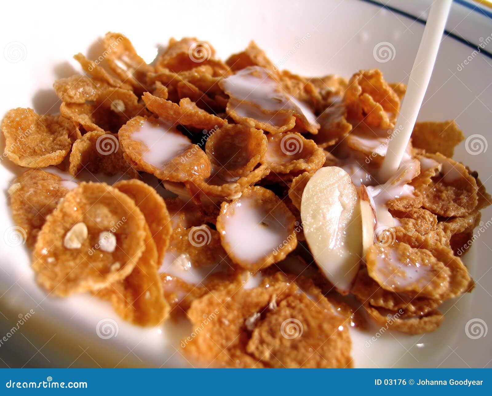 Cereale, latte che versa dentro