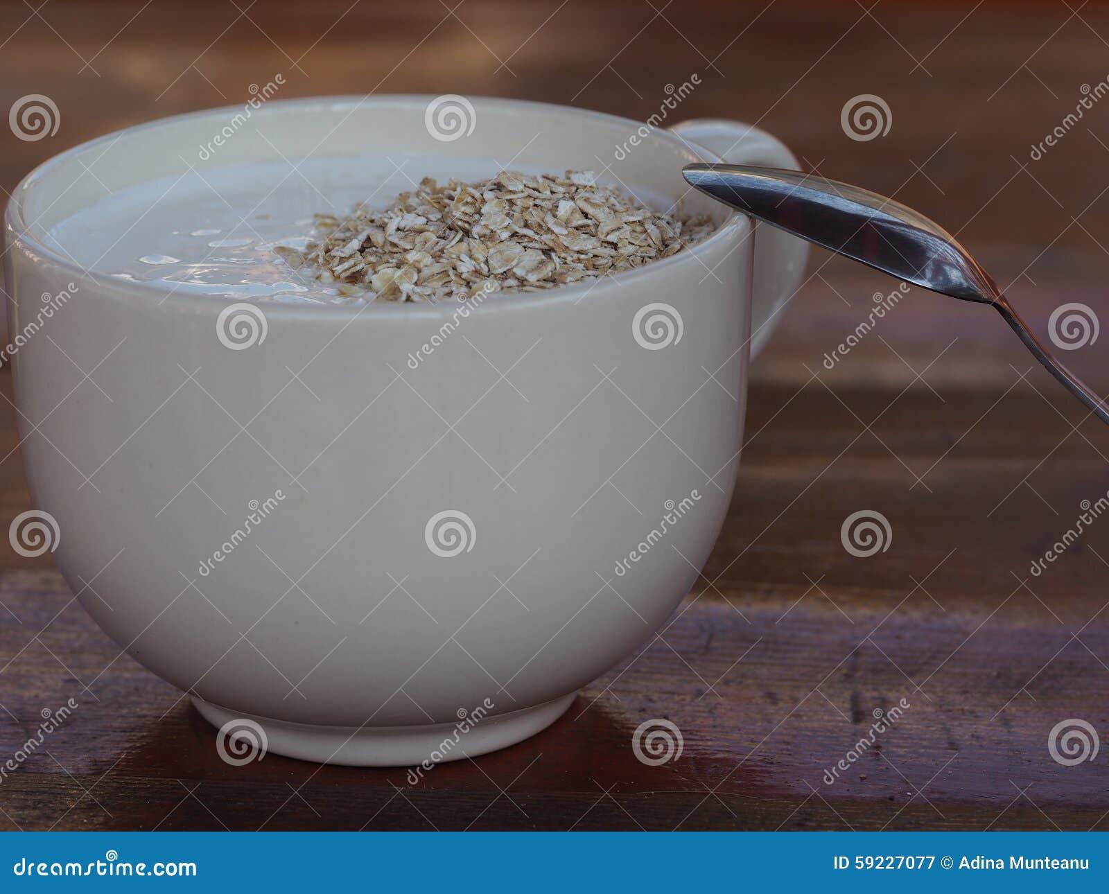 Download Cereales De La Avena Con El Yogur En Taza Beige Imagen de archivo - Imagen de cuchara, yogur: 59227077