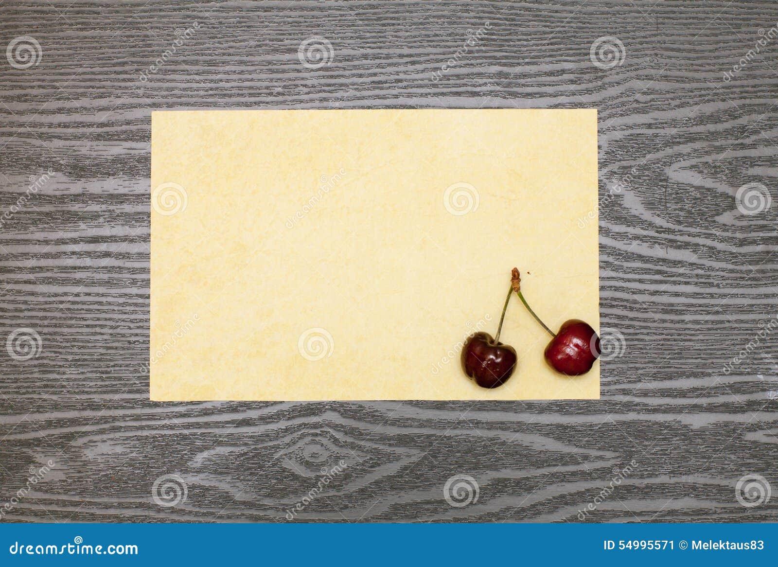 Cereja em uma folha de papel