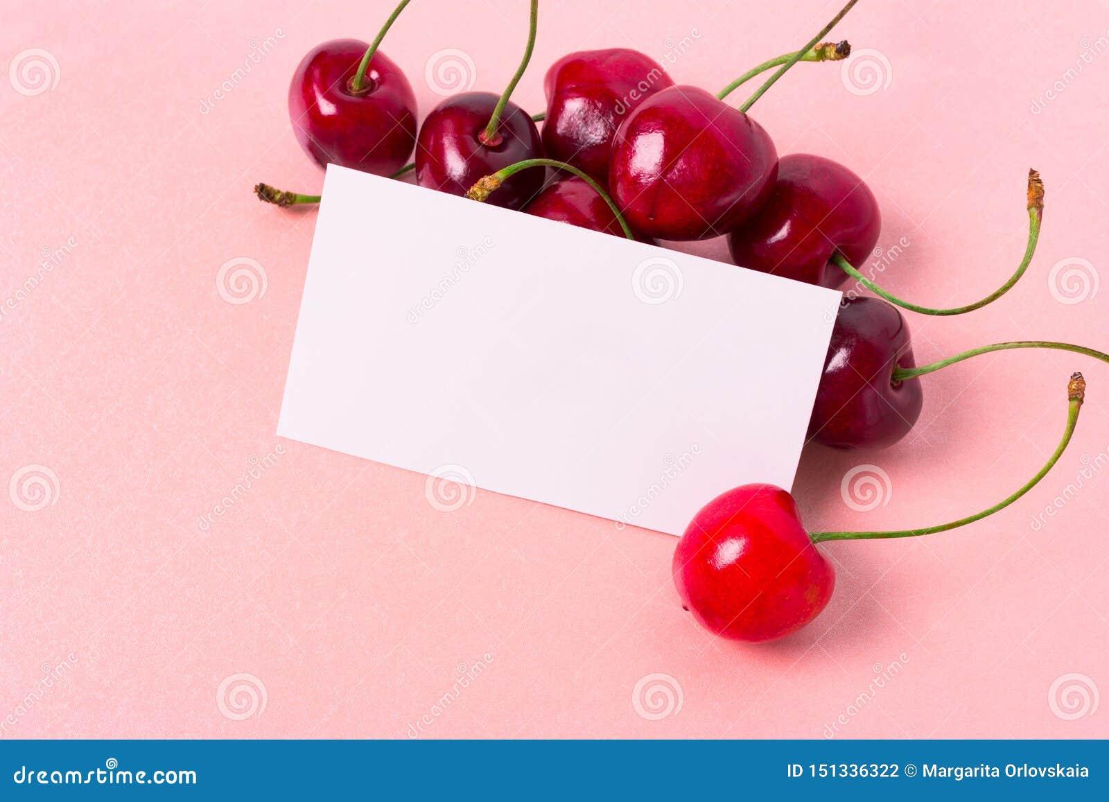 Cereja fresca e cartão vazio