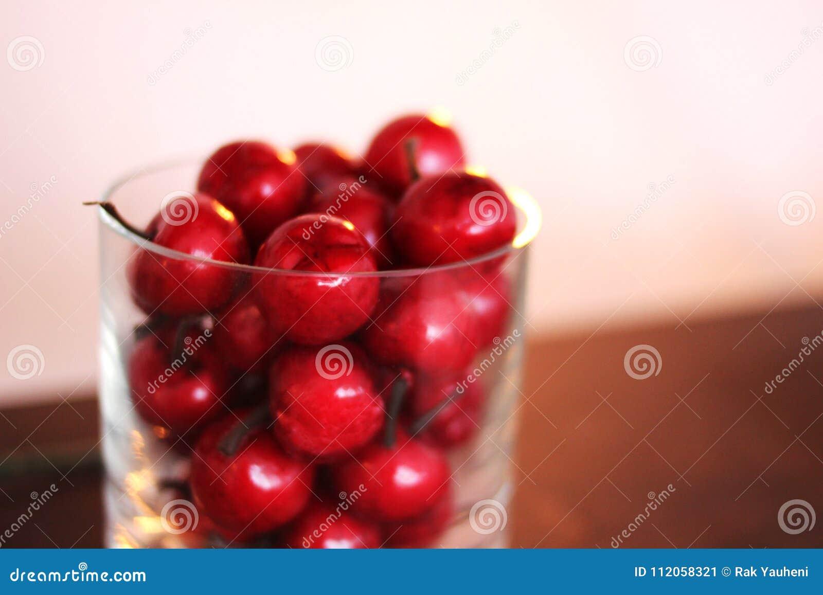Cerejas em um vidro Escuro - vermelho blurry