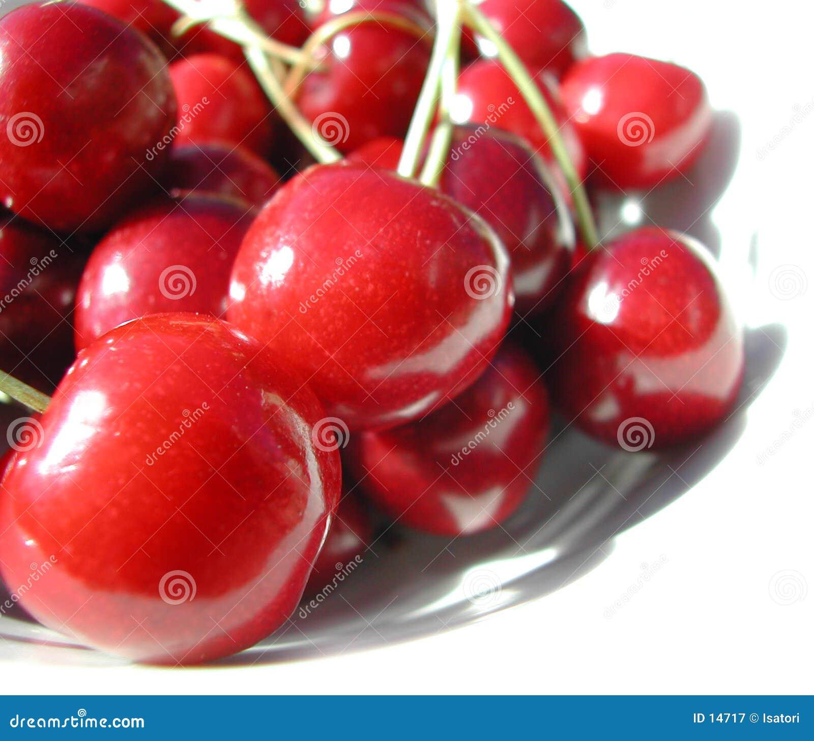 Cerejas vermelhas em uma placa