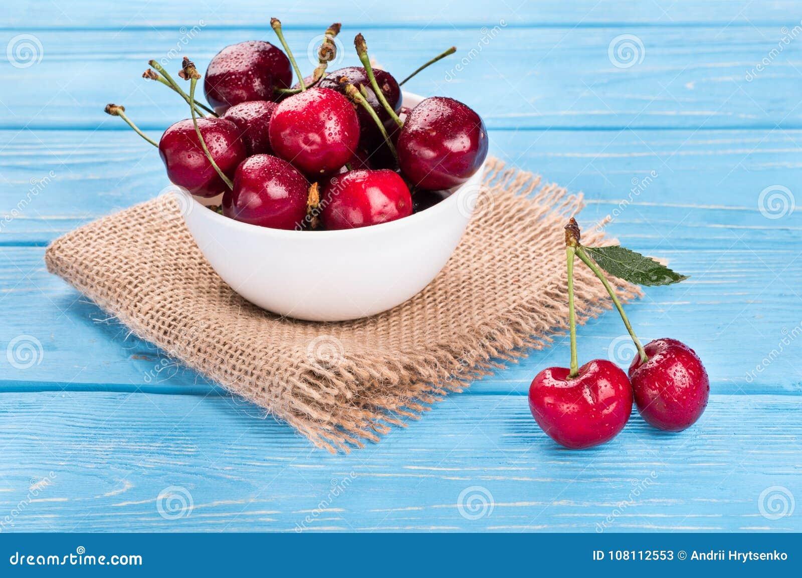 Cerejas vermelhas na bacia