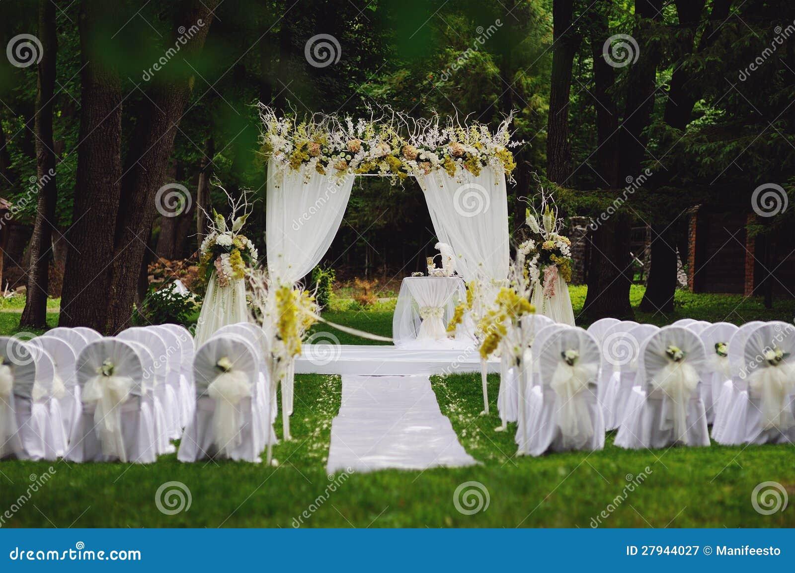 Ceremonia de boda en jard n fotograf a de archivo libre de - Decoracion de jardines para bodas ...