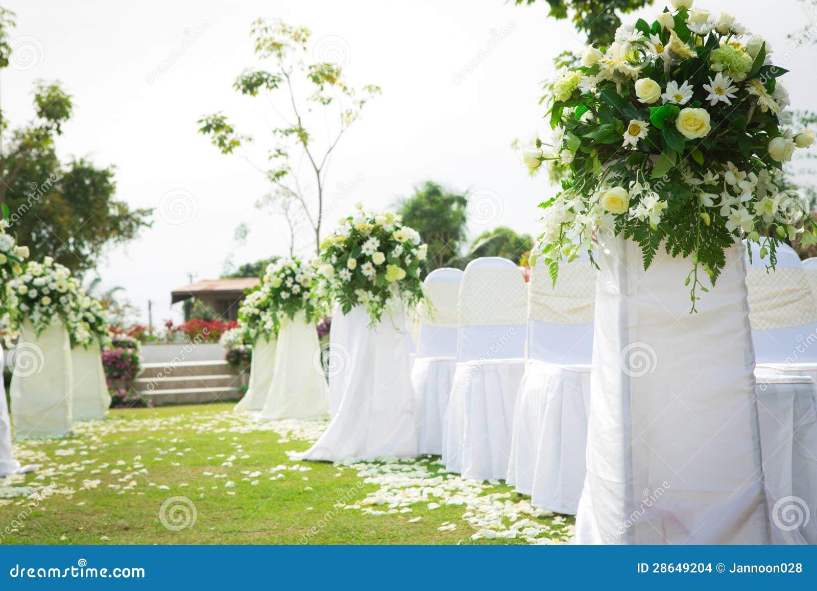 Ceremonia de boda en jard n hermoso imagenes de archivo for Bodas en jardin
