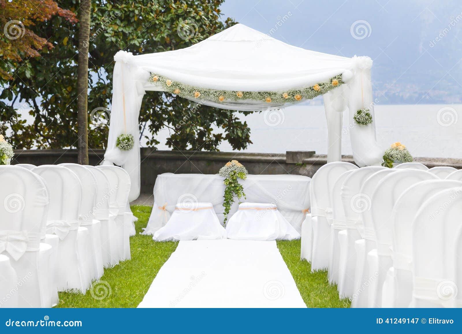 Ceremonia de boda en un jard n hermoso foto de archivo for Boda en un jardin