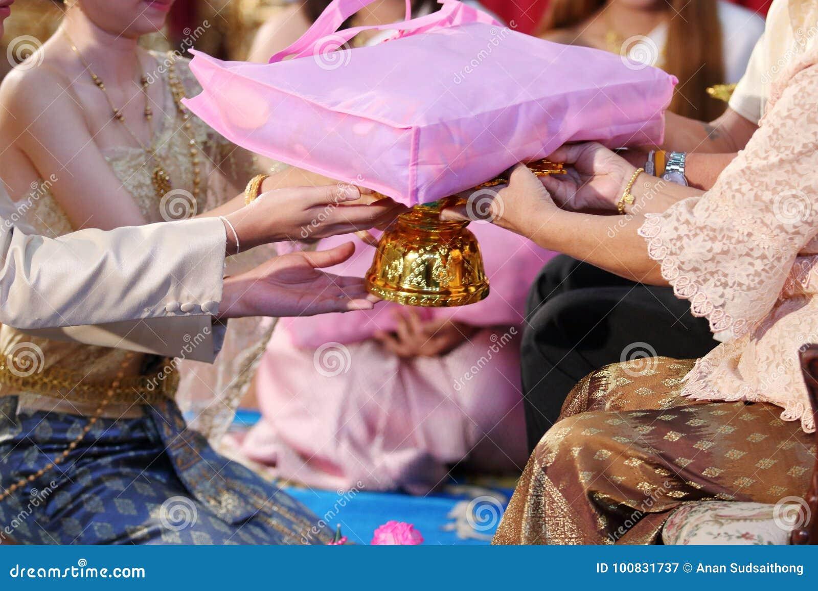 Ceremonia De Té China De La Boda Novia Y Novio Que Dan El Regalo A ...