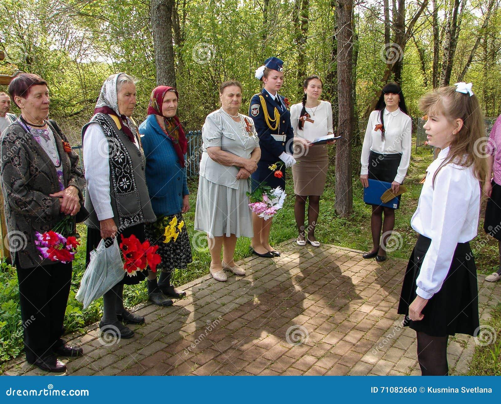 Ceremonin på massgraven i byn av den Kaluga regionen (Ryssland) på 8 kan 2016