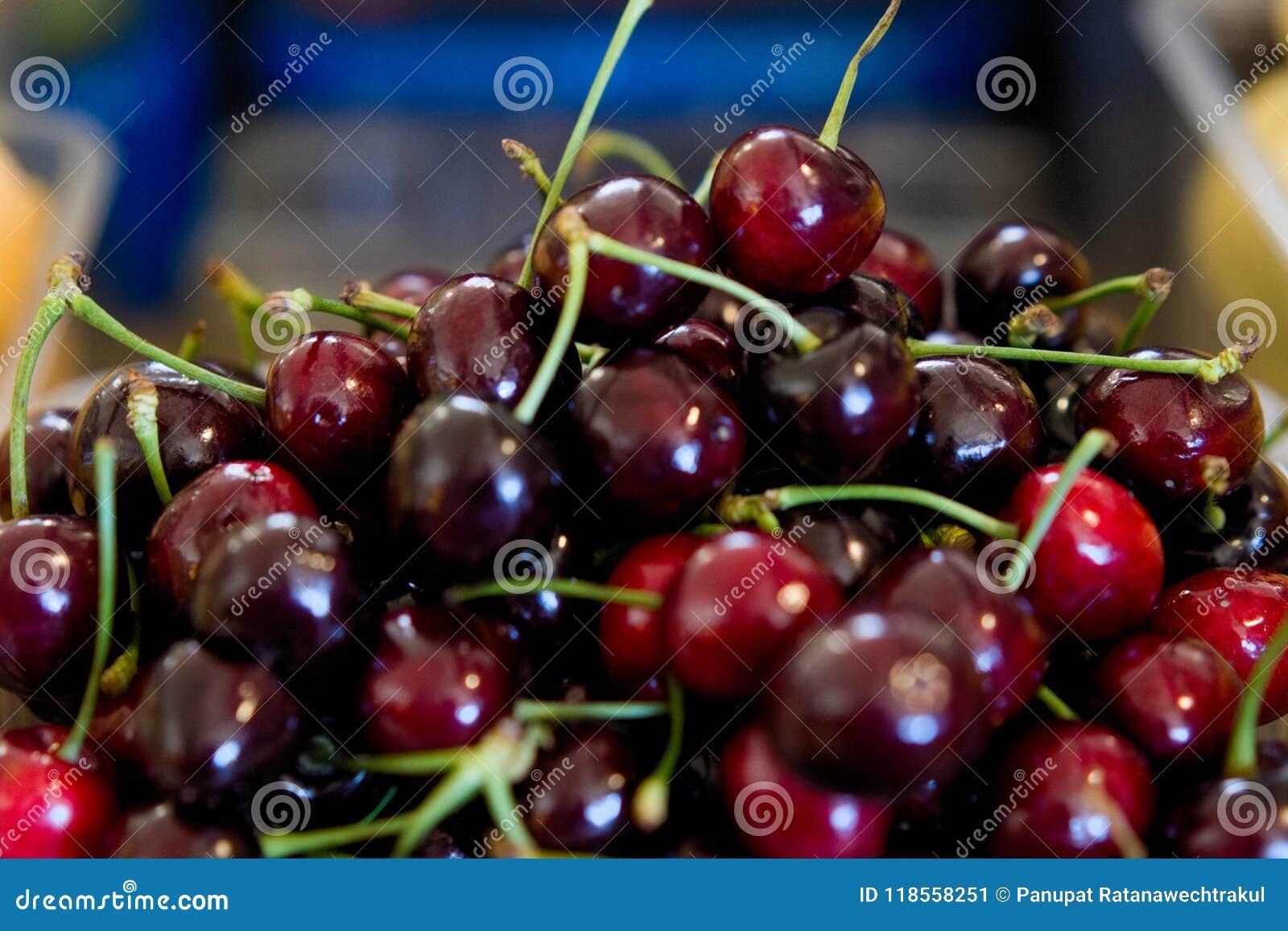 Cereza roja fresca en la caja plástica lista para la venta en la mercado de la fruta