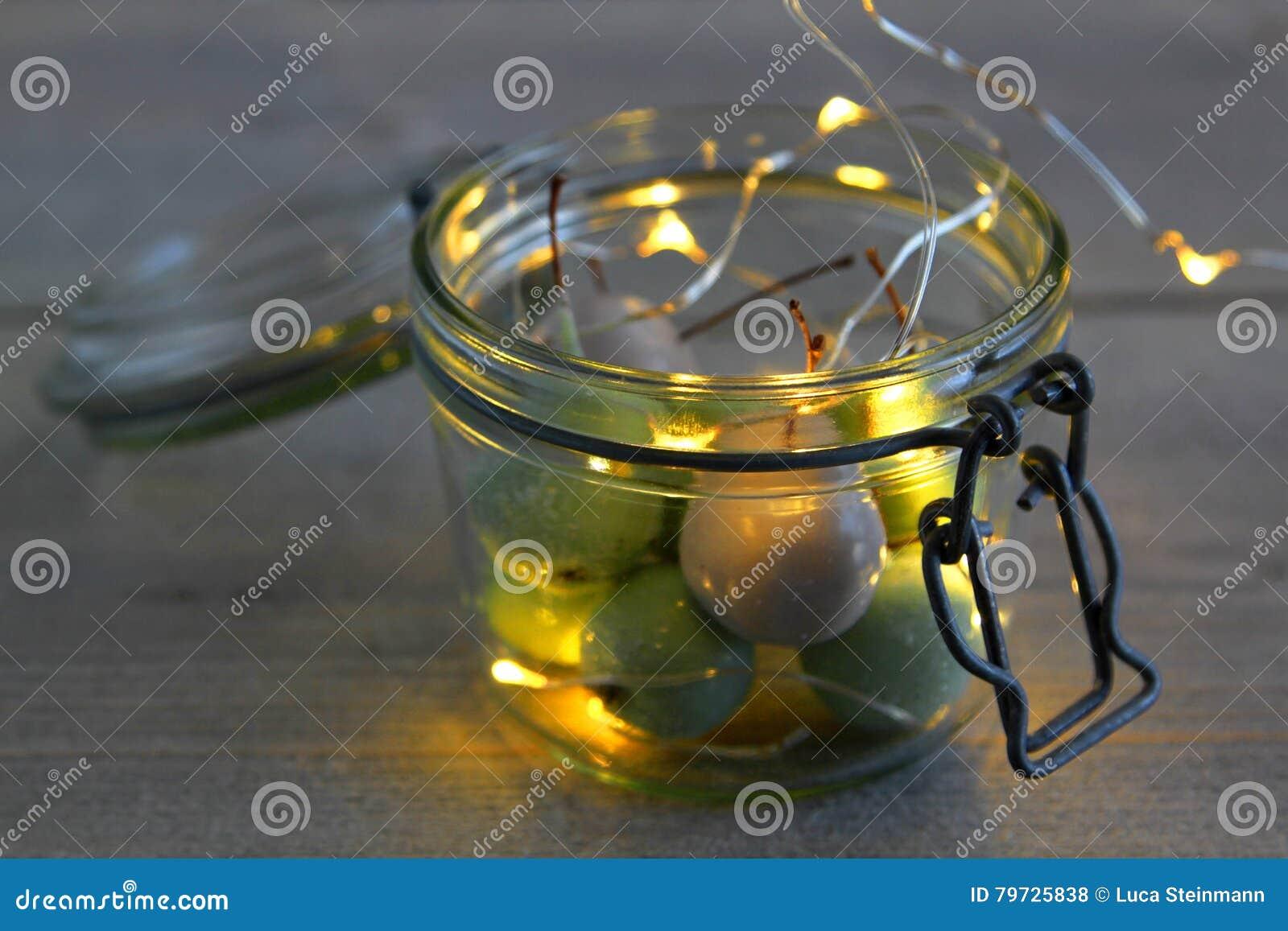 Cerezas de la cera en vidrio del tarro con las luces LED
