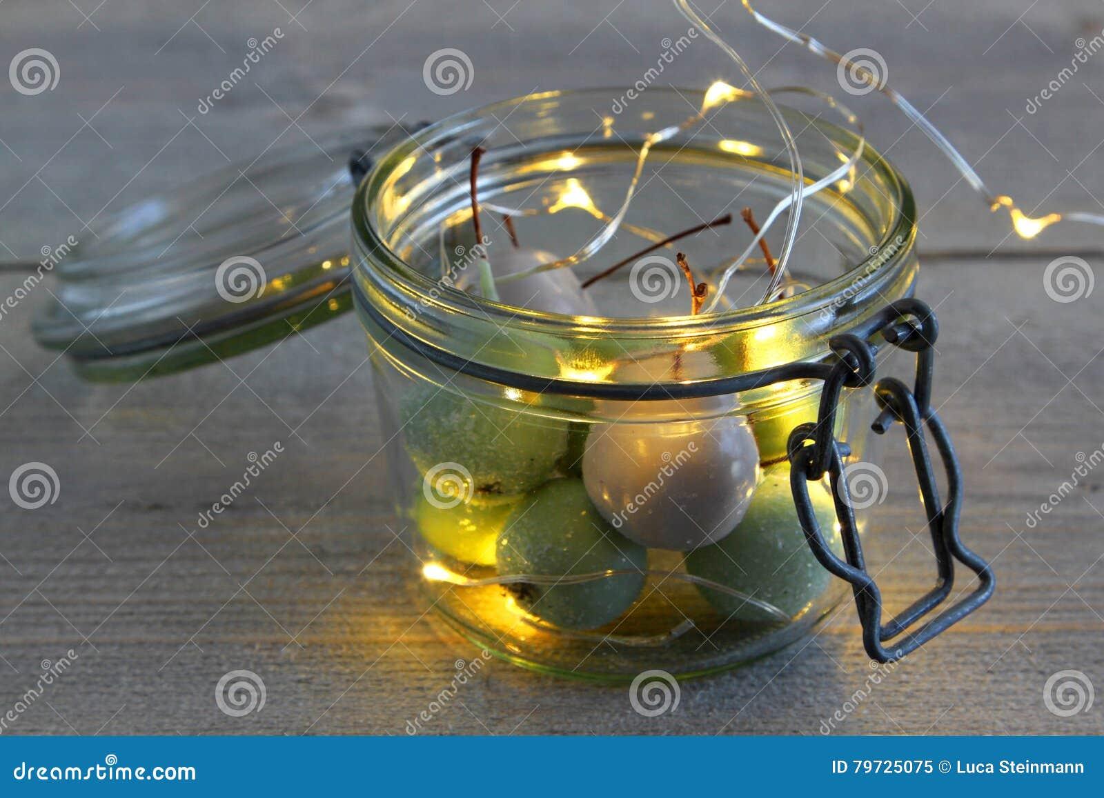 Cerezas de la cera en vidrio y luces LED del tarro