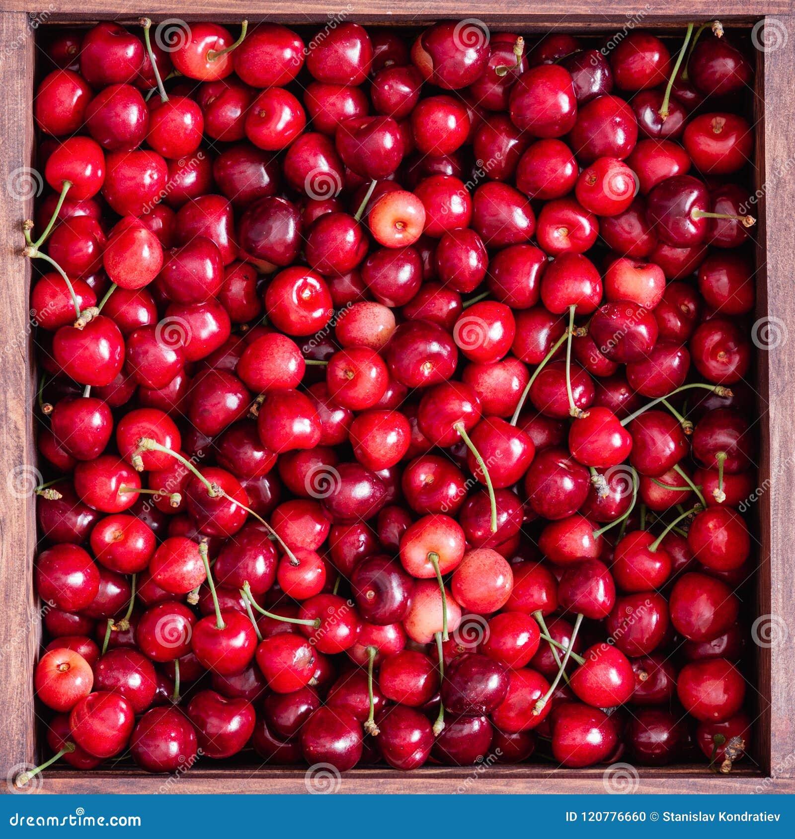 Cerezas dulces en la caja de madera